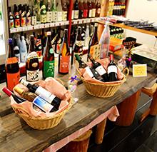テーブルに並ぶ商品